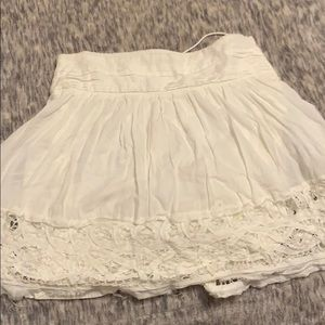 Cute white American Eagle flowy skirt with pattern
